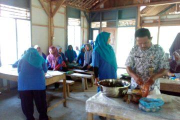 Pelatihan Pengolahan Ikan di POKDAKAN MEKARSARI Karangpucung (6)